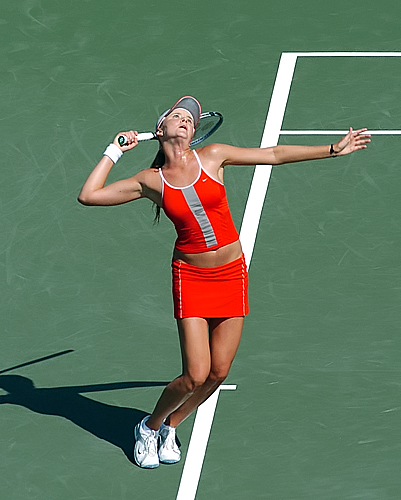 a description of serve and volley style in tennis Tennis serve servethe serve begins with the racket-side foot placed parallel to the net and the lead foot pointed at the nearest net post as the toss is made, the racket arm extends downward to begin an upward and forward circular motion.